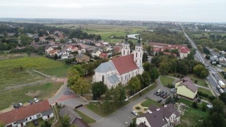 Piątnica. Kościół pw. Przemienienia Pańskiego. W głębi miasto Łomża.